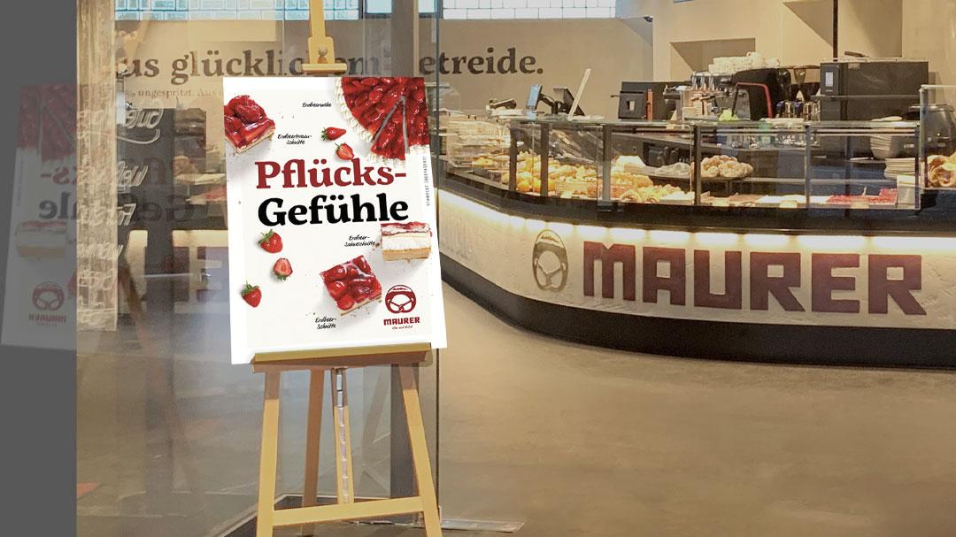 Plakat der Erdbeer Aktion  in der Bäcker Maurer Filiale